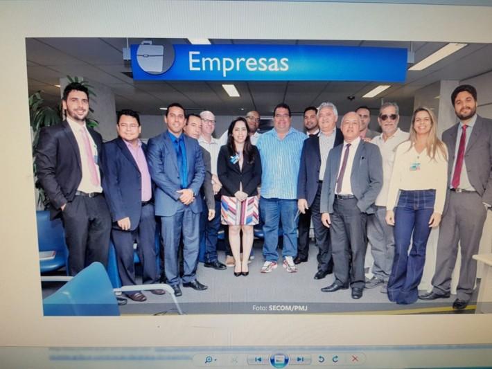 Comitiva do prefeito e funcionários da Caixa