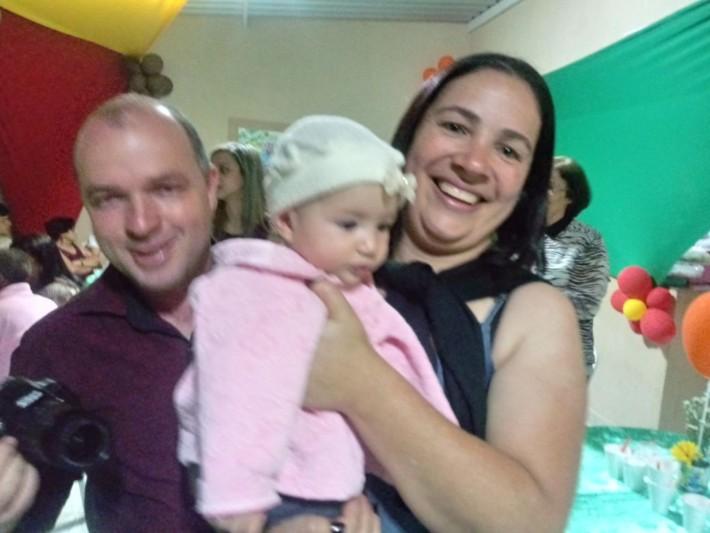 Edmar Vieira e Jozi, que também são irmãos do aniversariante, estão com princesinha mais nova da festa, filha do casal Edmar e Nayra, que é Cecília.