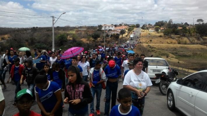 Centenas de pessoas de todas as idades seguiram em caminha o percurso até a barragem.