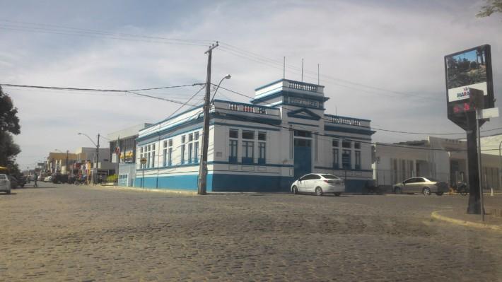 As cores azul e branca ficaram muito bonitas na prefeitura municipal de Maracás, porém, é preciso iniciar os trabalhos que a cidade necessita com urgência