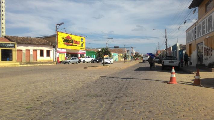 Essa rua muito mal tratada pode ser uma das Avenidas mais bonitas de Maracás.